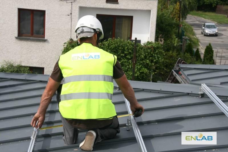Instalacja paneli fotowoltaicznych na dachu - firma Enlab